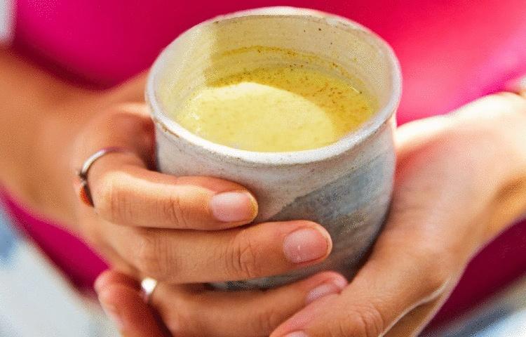 Индийцы давно пьют молоко с куркумой. 22 причины делать так же