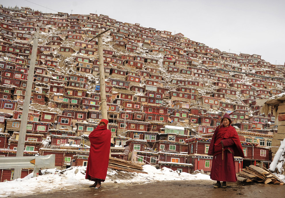 Буддийские монахи на фоне общежитий монастыря Седа