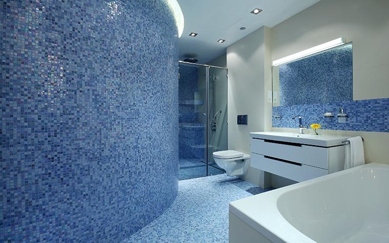 </p> <p>Автор проекта: архитектурная мастерская «Итака - Архитектура и дизайн». </p> <p>Главное преимущество мозаики еще и в том, что с ее помощью легко облицовывать любые криволинейные поверхности - выпуклые и вогнутые. В этой просторной ванной комнате, полукруглая стена выложенная голубой мозаикой напоминает морскую волну и как бы символизирует водную стихию. </p> <p>