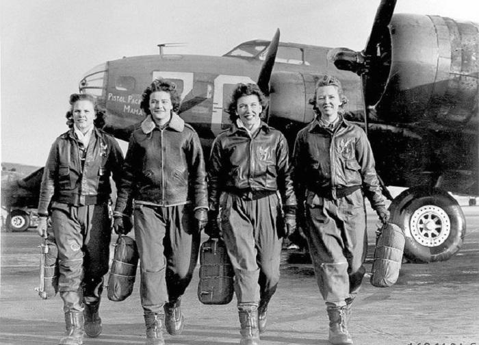 Женщины-пилоты только что вышедшие из своих самолетов В-17.