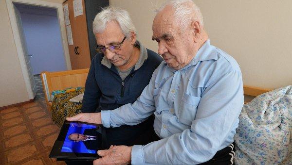 Медведев постановил обучить пенсионеров компьютерной грамотности