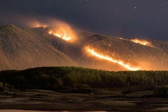 Поезд прорывается через полыхающий в огне лес: видео очевидцев