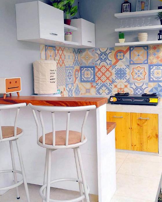 Яркий дизайн кухни в стиле лофт.