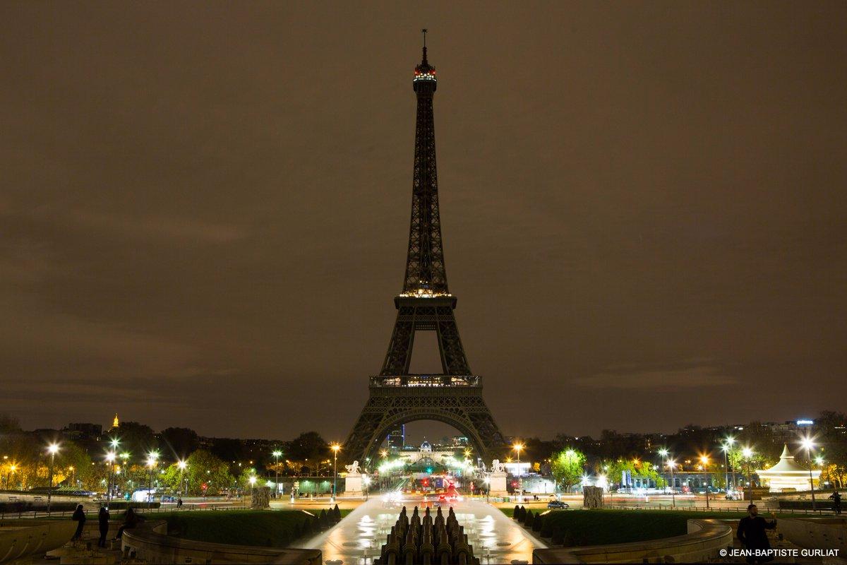 Эйфелева башня погасла в память о жертвах теракта в Барселоне