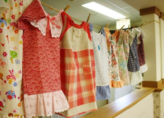 Эта 99-летняя бабушка каждый день шьет платья для нуждающихся детей