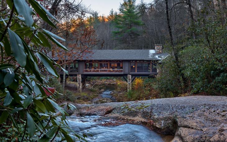 Необычный проект дома над рекой в лесу