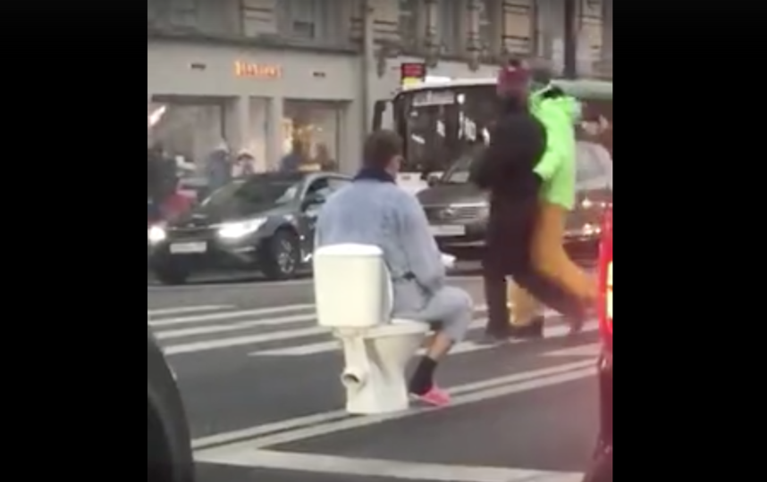 Парень в розовых тапках и халате поставил унитаз посреди Невского проспекта: фото