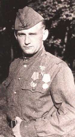 Переодевшись в форму немецкого полковника , разведчик сорвал фашистскую переправу через Днепр