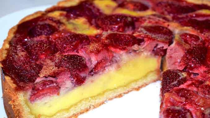 Вкусный, нежный и воздушный пирог с клубникой в сметанной заливке