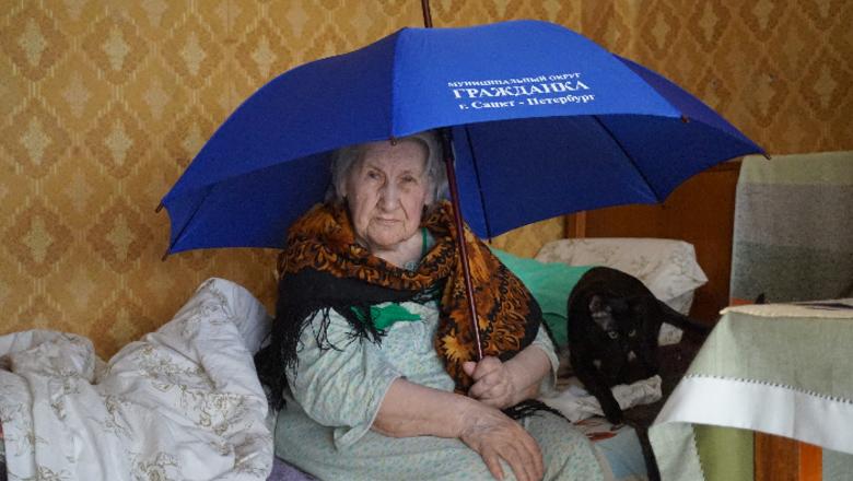 Плевок в душу. Ветерану войны в Петербурге подарили зонтик
