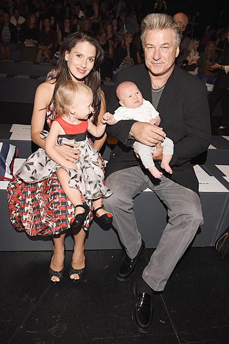 Алек и Хилария Болдуин с детьми на модном показе