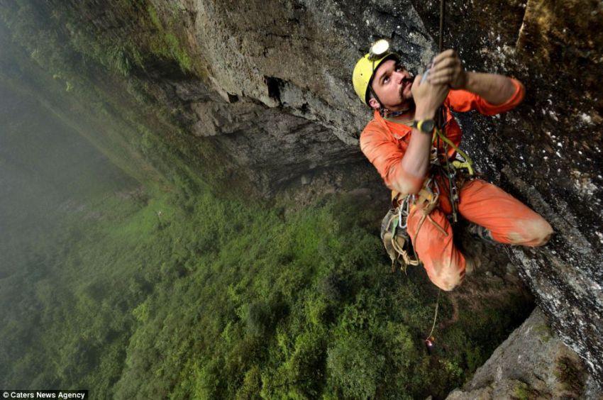 В Китае обнаружили огромную пещеру с собственным климатом и облаками пещера, китай, климат, красота природы