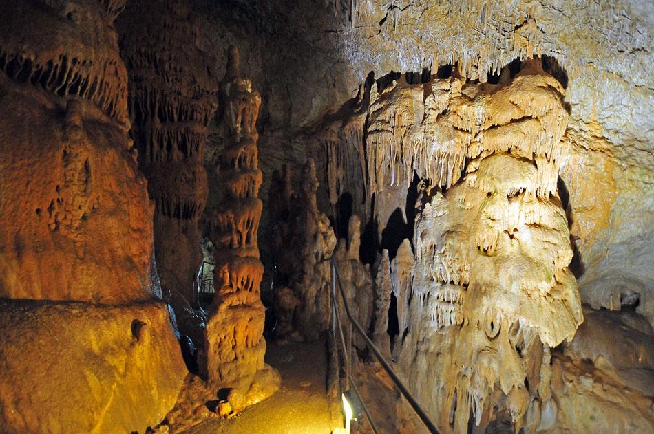 По оценке известнейших спелеологов, она входит в пятерку самых красивых оборудованных пещер планеты.