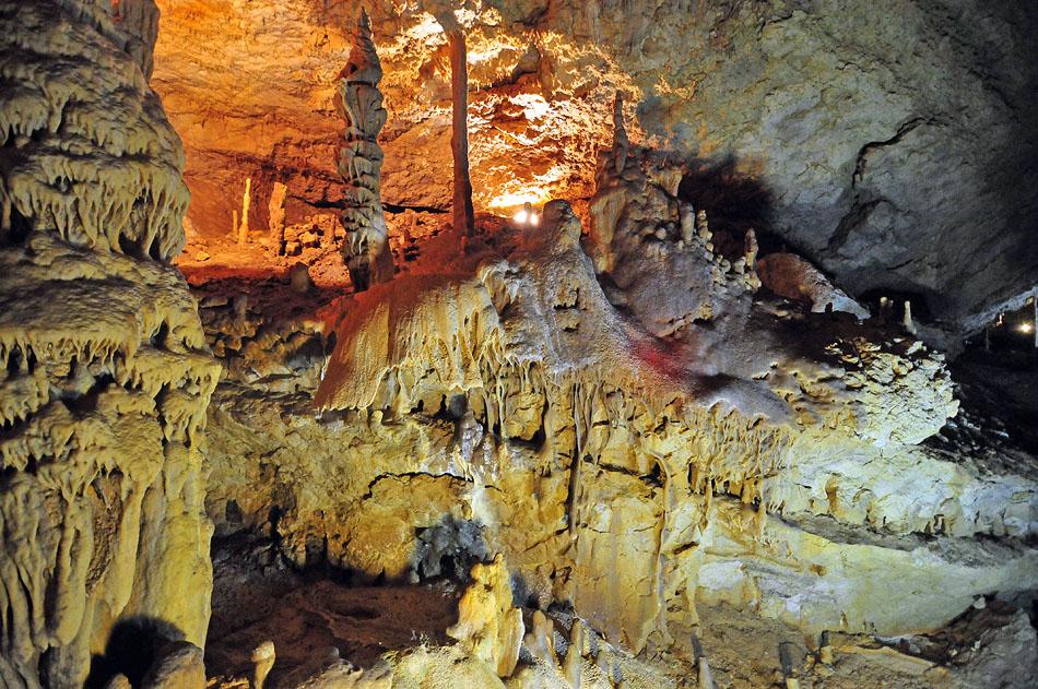 Залы в пещере образовались при расчленении единых галерей натеками и глыбовыми навалами.