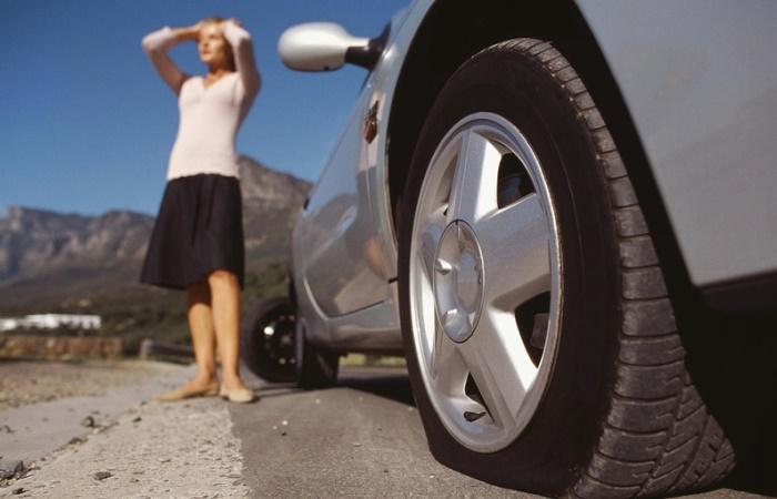 Что делать, если спустило колесо в автомобиле и нет насоса
