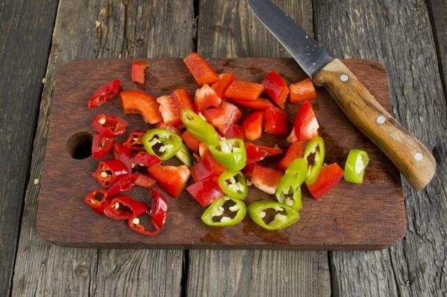 Чистим и нарезаем острый и сладкий перцы
