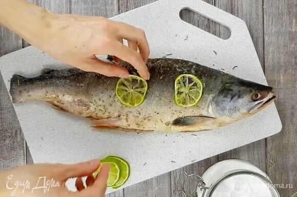 Рыбу чистим, потрошим, вырезаем жабры. Просушиваем бумажными полотенцами. Натираем солью, смесью специй и ломтиками лайма или лимона. Оставляем мариноваться минимум на 2 часа. Можно оставить на ночь.