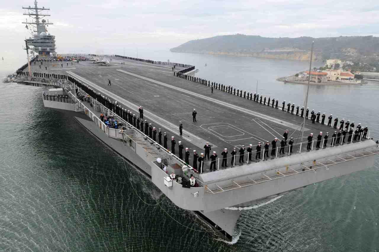 Демонстрация силы: Флагман ударной группы ВМС США парализовало неподалеку от КНДР