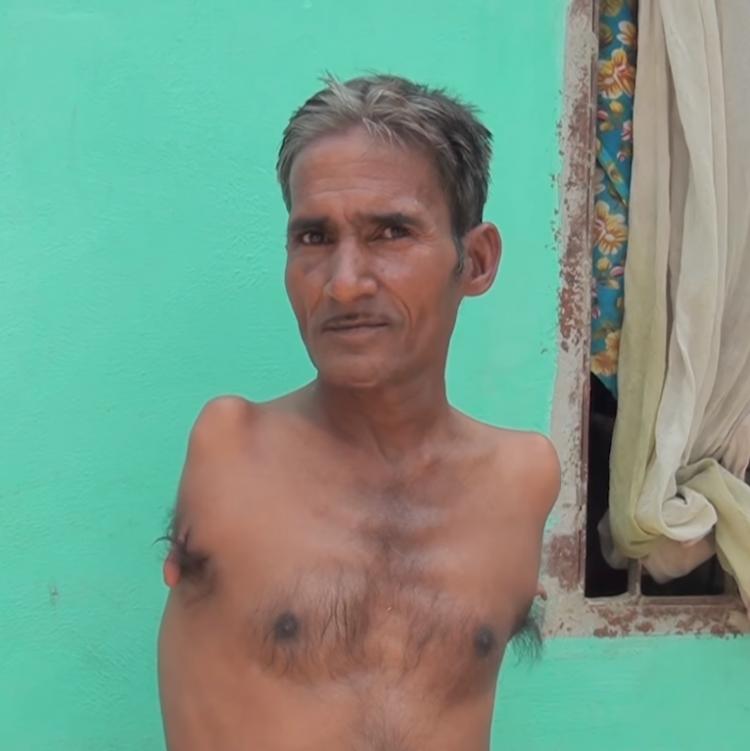 У портного из Индии нет рук, но это не мешает ему зарабатывать на жизнь честным трудом