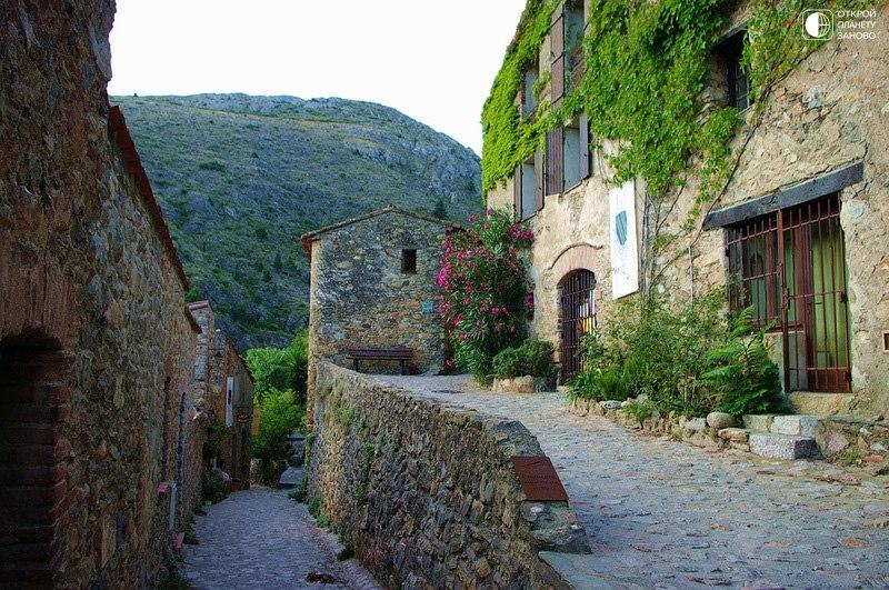 Castelnou - средневековая деревня в Восточных Пиренеях, Франция