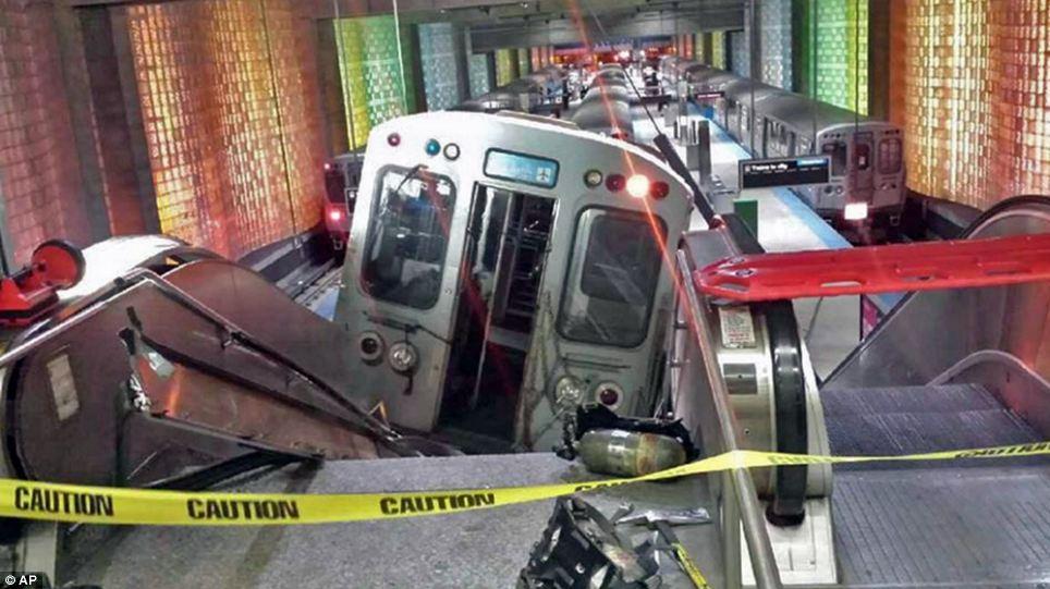 Чикагский поезд прокатился на эскалаторе