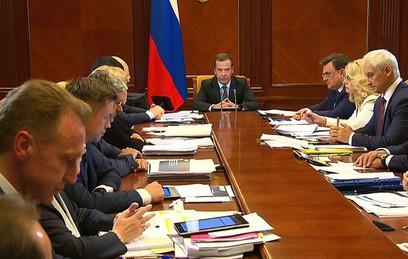 Медведев: не менее половины региональных дорог в России будут приведены в норму