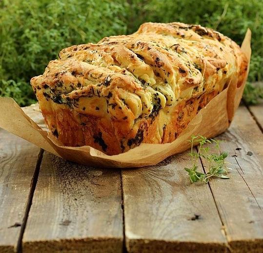 Отрываный хлеб с зеленью и сыром
