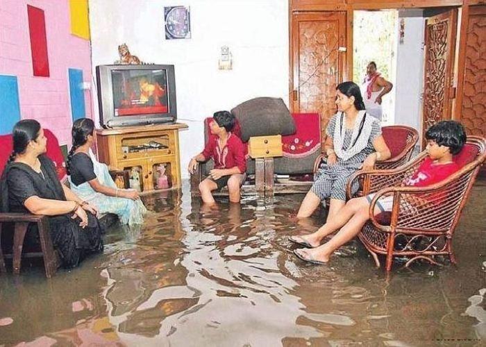Просмотр очередной серии сериала может стать важнее потопа funny foto, индия, интересно, смешно, юмор