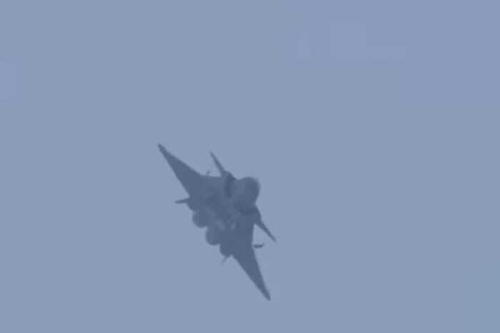 Китайский истребитель пятого поколения J-20 сняли на видео