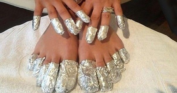Оберните свои ступни в алюминиевую фольгу и оставьте ее на один час. То, что произойдет дальше, точно Вам понравится!