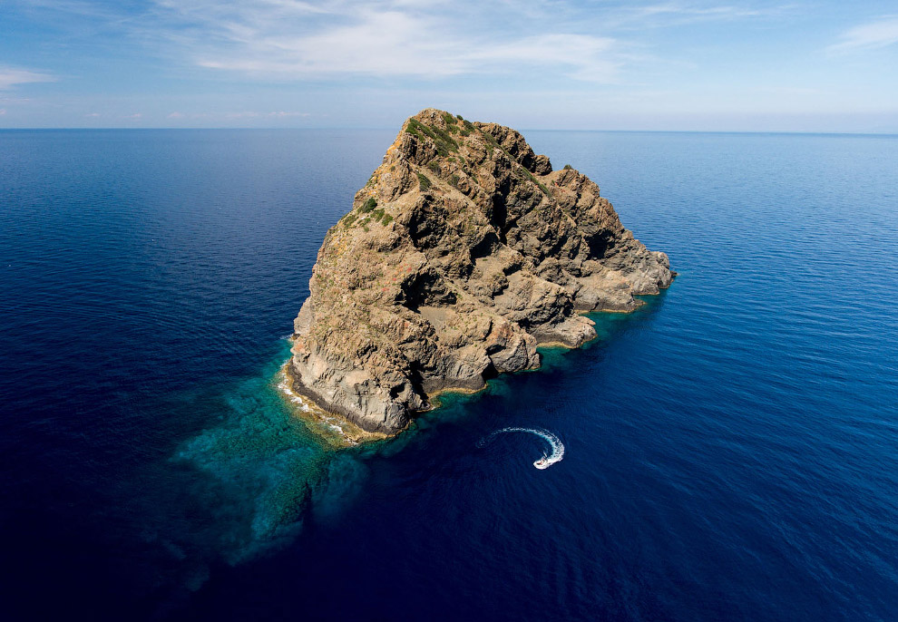 Небольшой необитаемый вулканический островок Я́бука