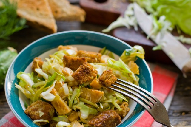 Салат из молодой капусты с ветчиной и сухариками
