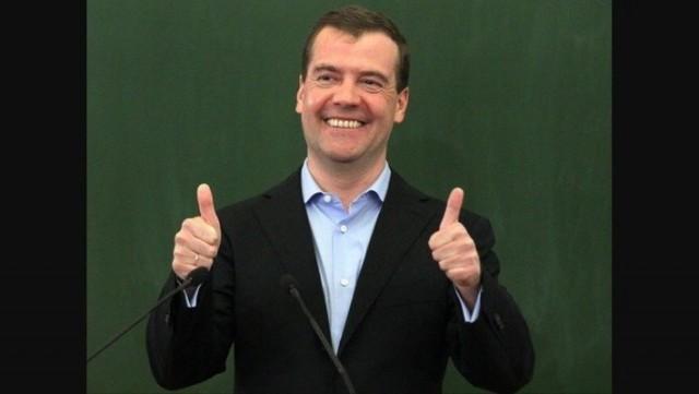 Россияне требуют назначить Дмитрию Медведеву зарплату, равную прожиточному минимуму