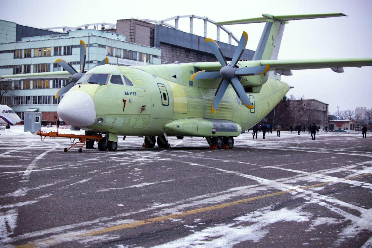 Выкатка первого опытного образца военно-транспортного самолета Ил-112В