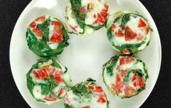 Кексы для завтрака со шпинатом и помидорами черри