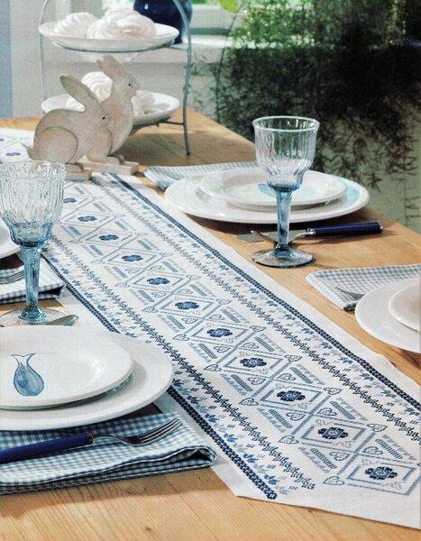 Вышитая крестом сине-белая дорожка — украшение для вашего стола