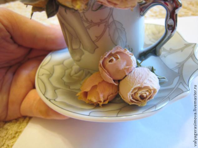 Букет из роз в кофейной чашке