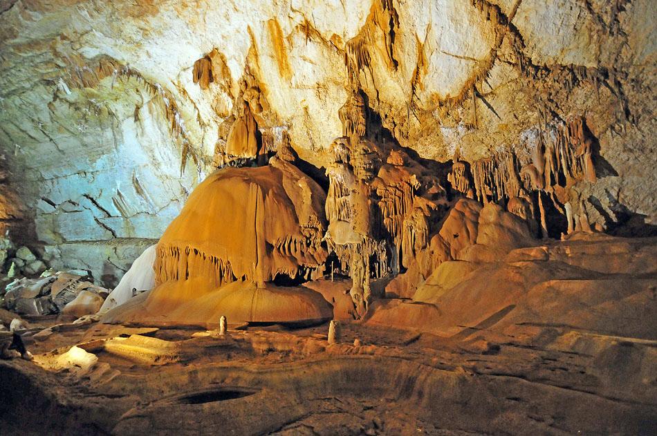 По богатству сталагмитового и сталактитового убранства, а также по обслуживанию экскурсантов и благоустройству, мраморная пещера состоит в числе пяти самых известных пещер Европы.