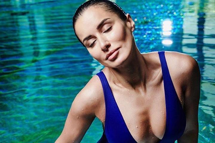 42-летняя Тина Канделаки в мокром купальнике восхитила Инстаграм