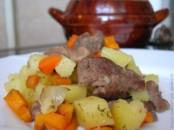 Мясо гуся с овощами в горшочках