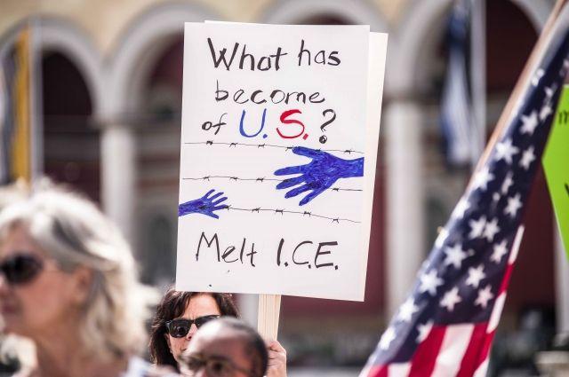 В США тысячи людей вышли на акции против иммиграционной политики
