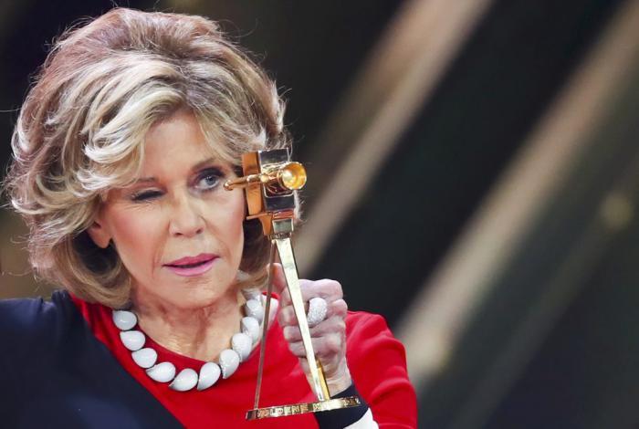 Кто поверит, что ей почти 80 лет? Джейн Фонда вышла на публику в прозрачном платье!