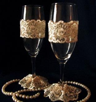 Украшение свадебных фужеров кружевом