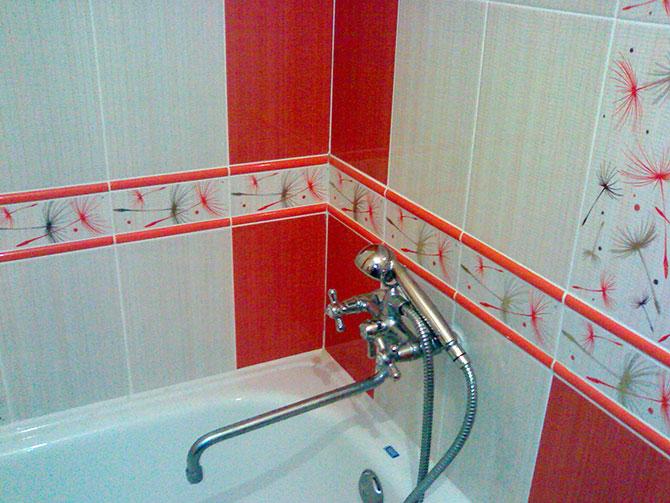 Дизайн ванны в хрущевке в красно-белых цветах