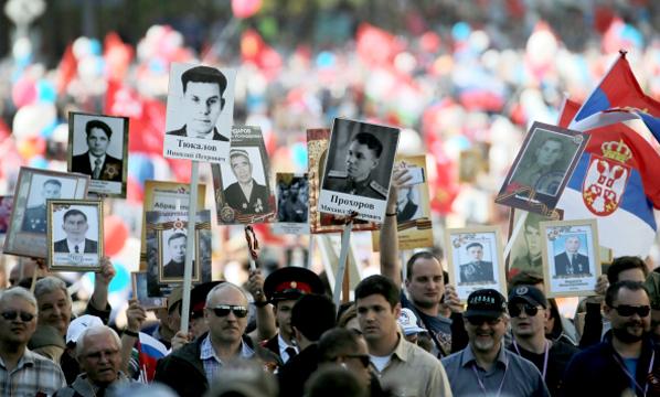 Фантастическая идея: евродепутат от Британии присоединилась к шествию «Бессмертного полка» в Москве
