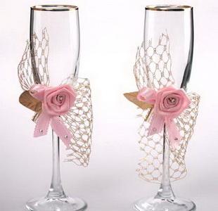 Украшение свадебных бокалов розой из лент своими руками