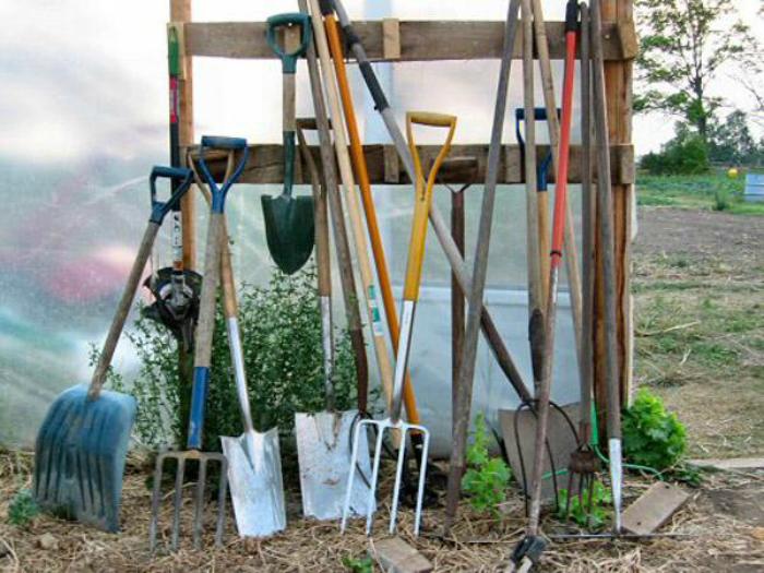 Средство для ухода за садовым инструментом.
