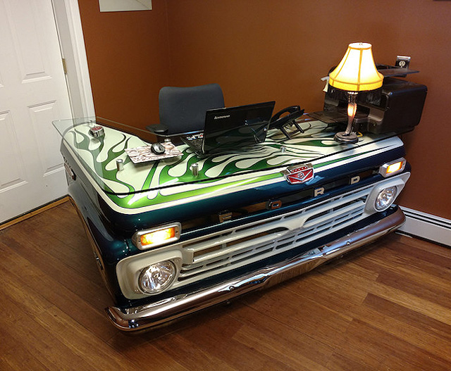 Креативный письменный стол из капота старого «форда»