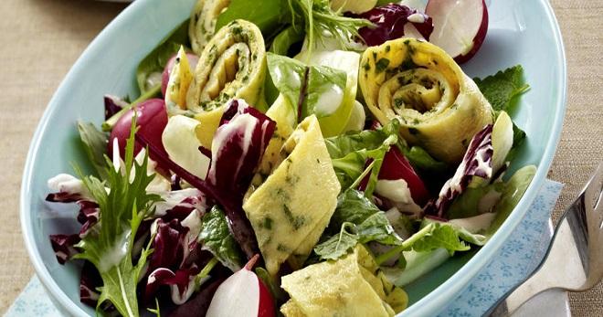 Салат с омлетом - необыкновенно вкусное блюдо для домашнего стола или праздника!