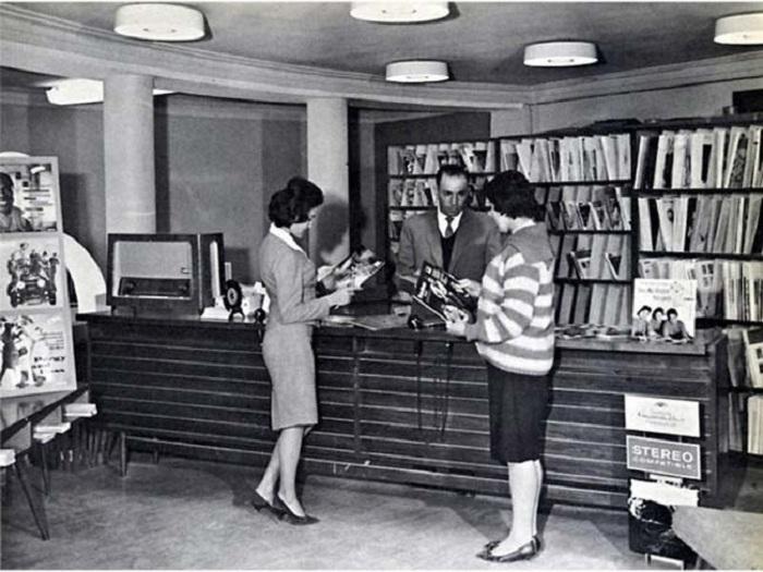 Афганские женщины в общественной библиотеке до захвата власти Талибаном.
